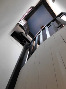 escalera a sala Manuel Rojas